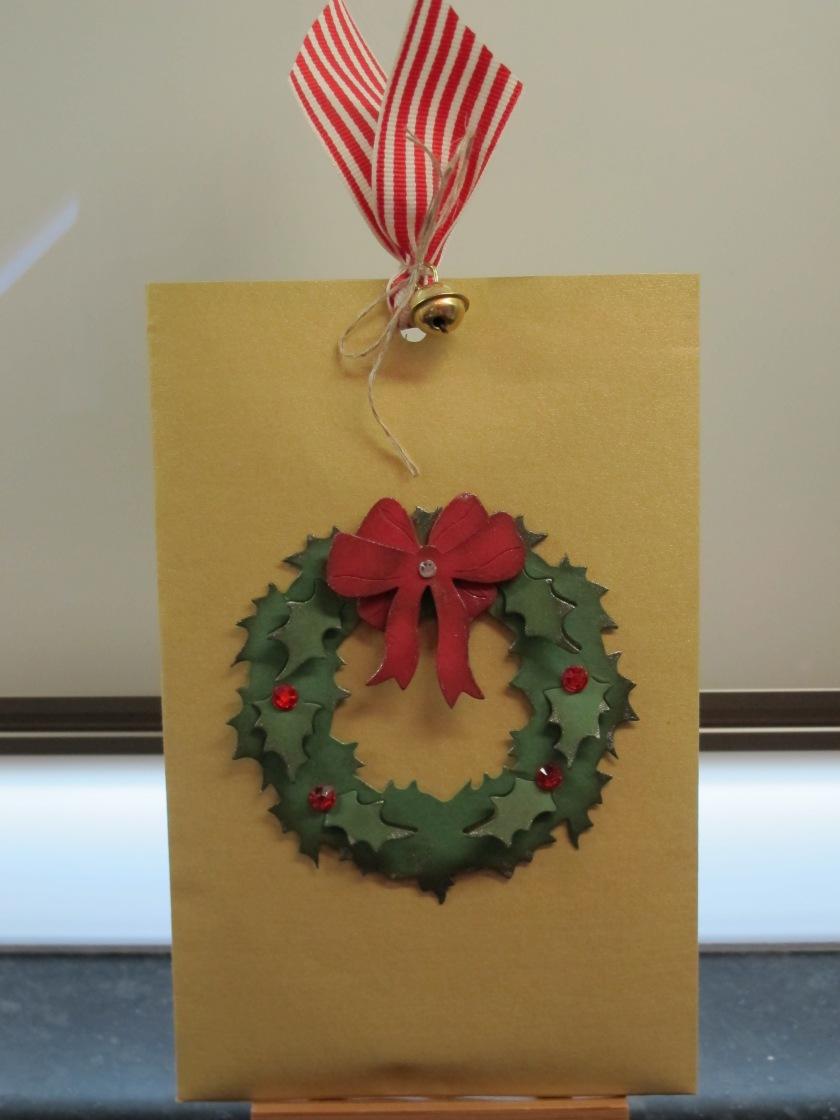 Geschenkverpackung mit Weihnachtskranz